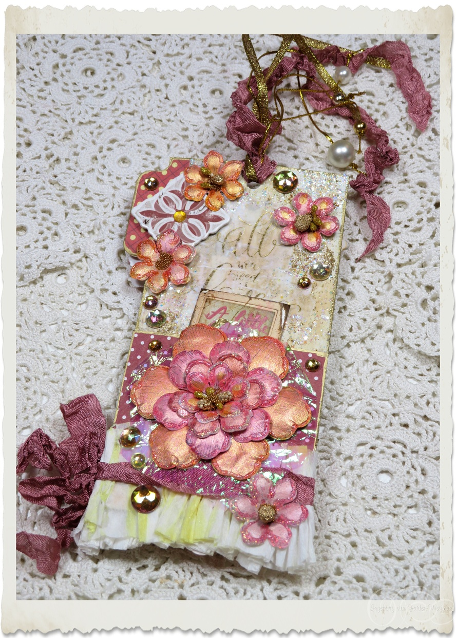 Backside of handmade note tag with peach pink paper flowers and ribbons by Ingeborg van Zuiden Weijman