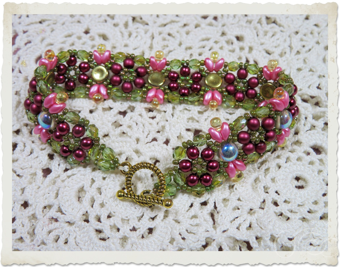 Pink red green beadweaving bracelet with AB iridescent 2-hole cabochon beads and Czech crystals by Ingeborg van Zuiden