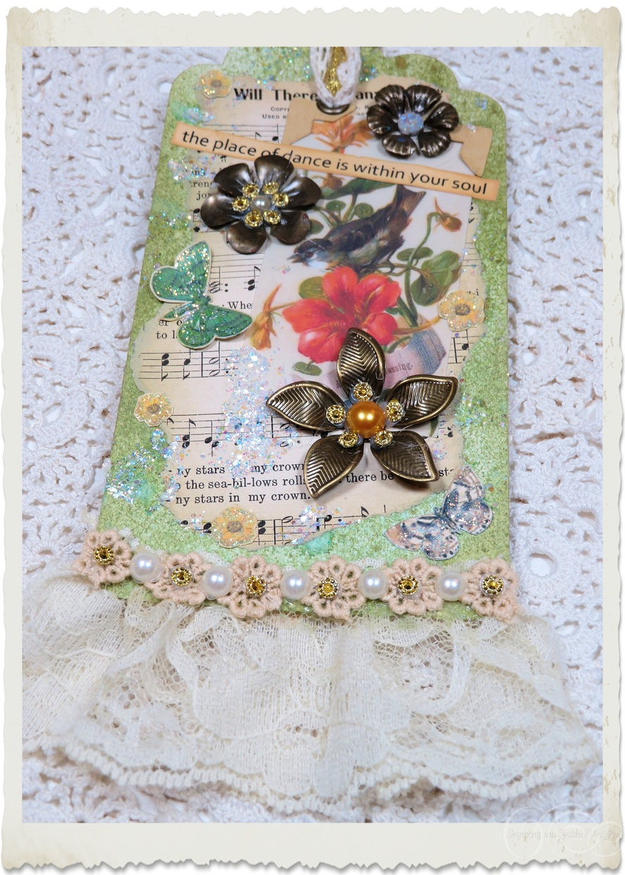 Handmade mixed media tag with bird and flowers by Ingeborg van Zuiden